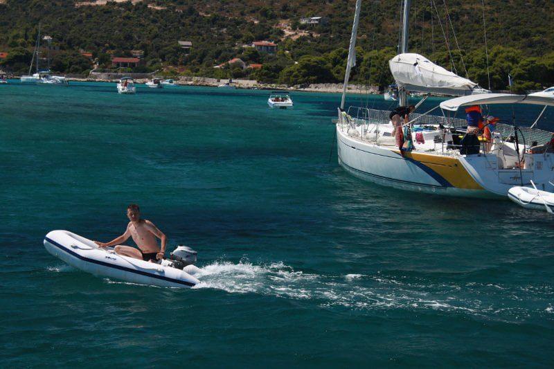 wypoczynek na jachcie przy jednej z wysp w Chorwacji