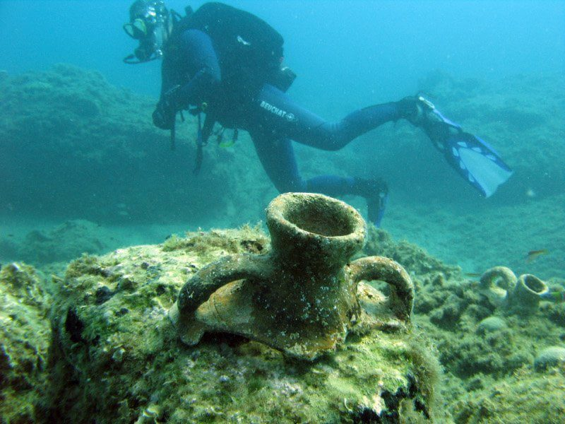 starożytne amfory pod wodą koło Krety
