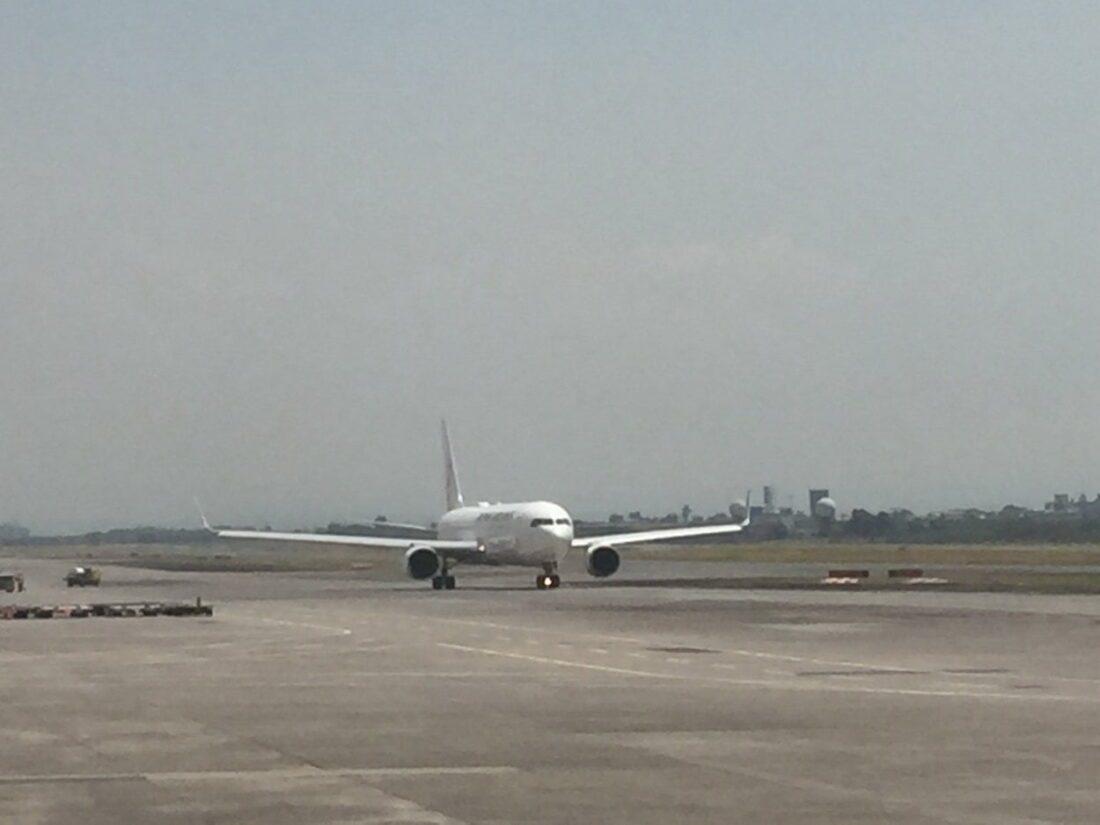 startujący samolot na pasie