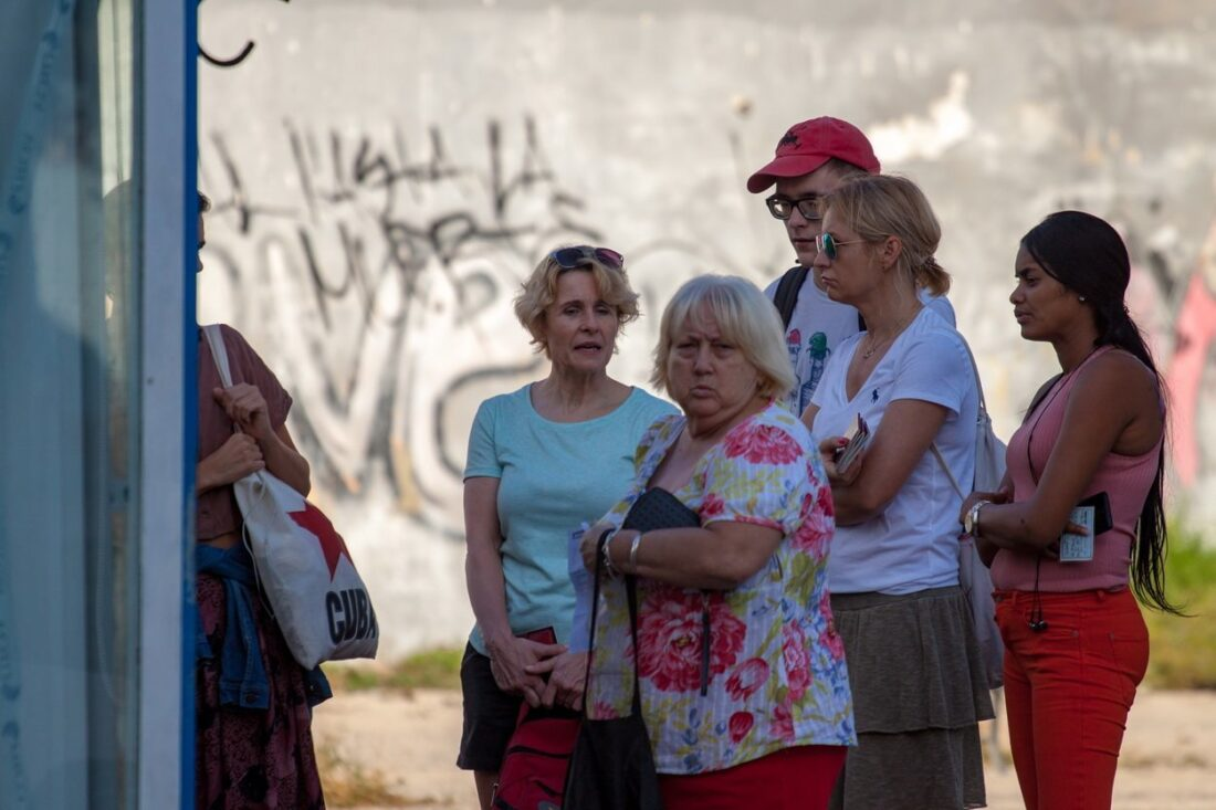 kolejka ludzi po karty do internetu na Kubie