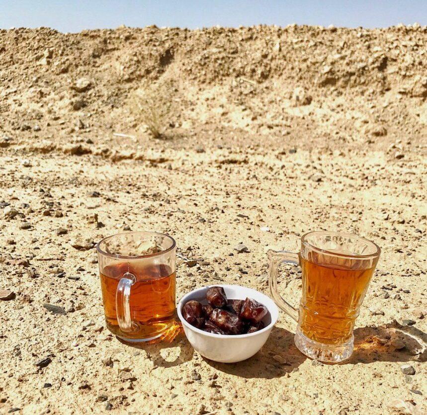 daktyle i herbata na pustynie w iranie