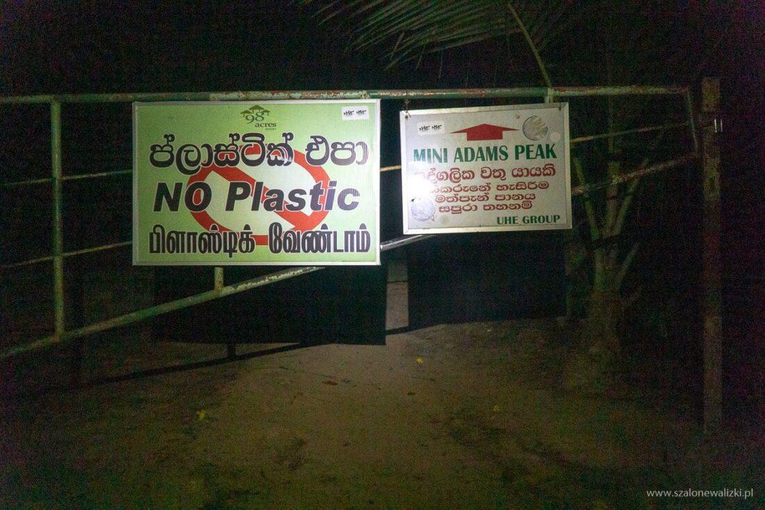 brama wjazdowa na górę z informacją o zakazie wwożenia plastiku