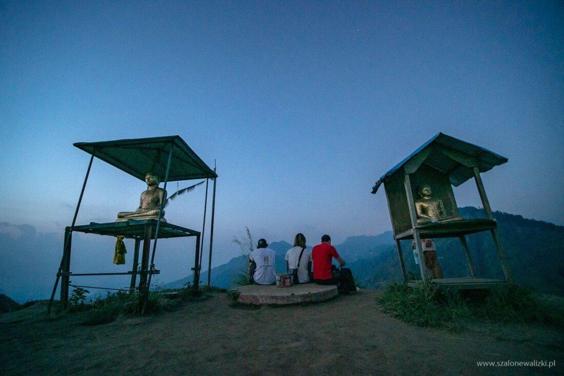 widok z góry z dwiema buddyskimi kapliczkami - przed wschodem słońca