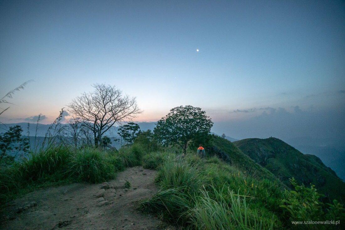 widok z małej góry adama przed wschodem słońca