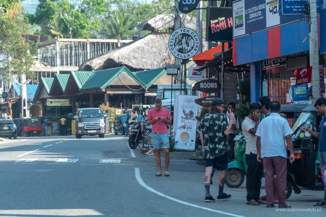 główna ulica w Ella gdzie można znaleźć tuk tuka