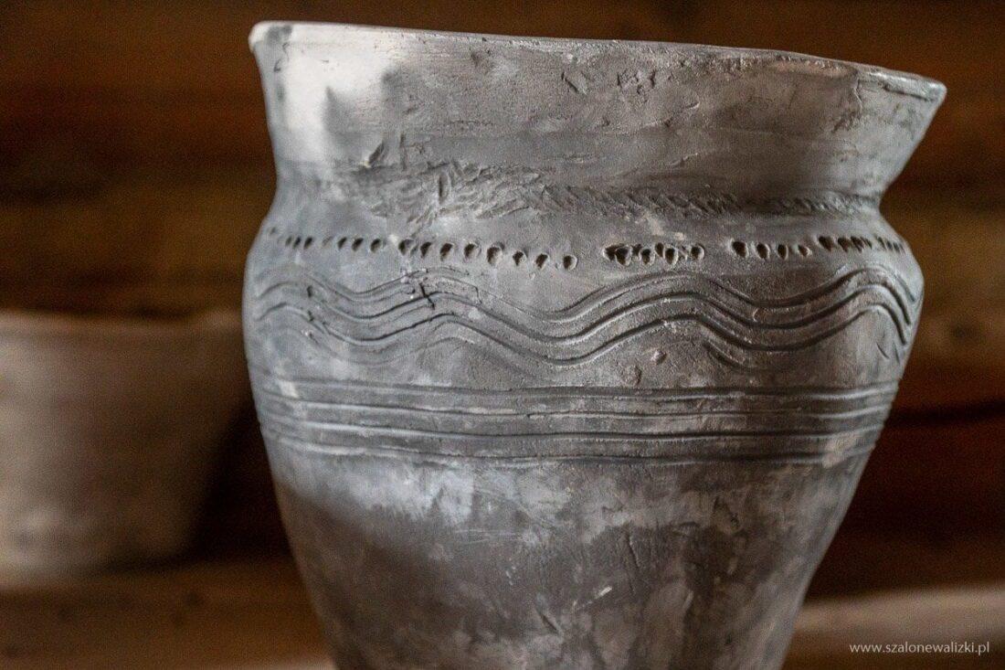 garnek siwak w osadzie średniowiecznej