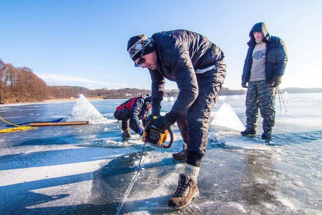 wycinanie przerębla w lodzie - jezioro Krzywe